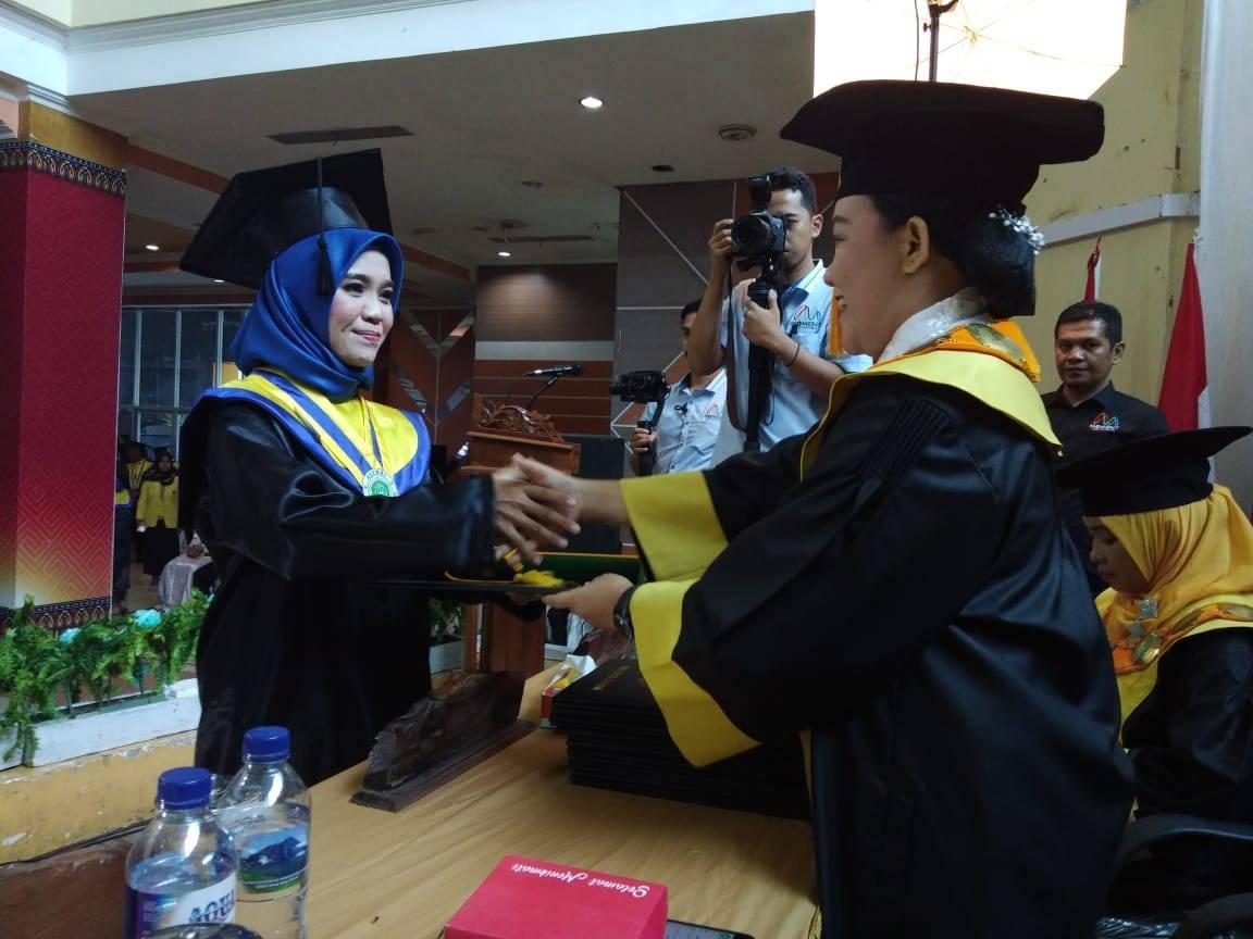Asrikawati, Wisudawan Terbaik Universitas Cokroaminoto Palopo Periode II Tahun 2019