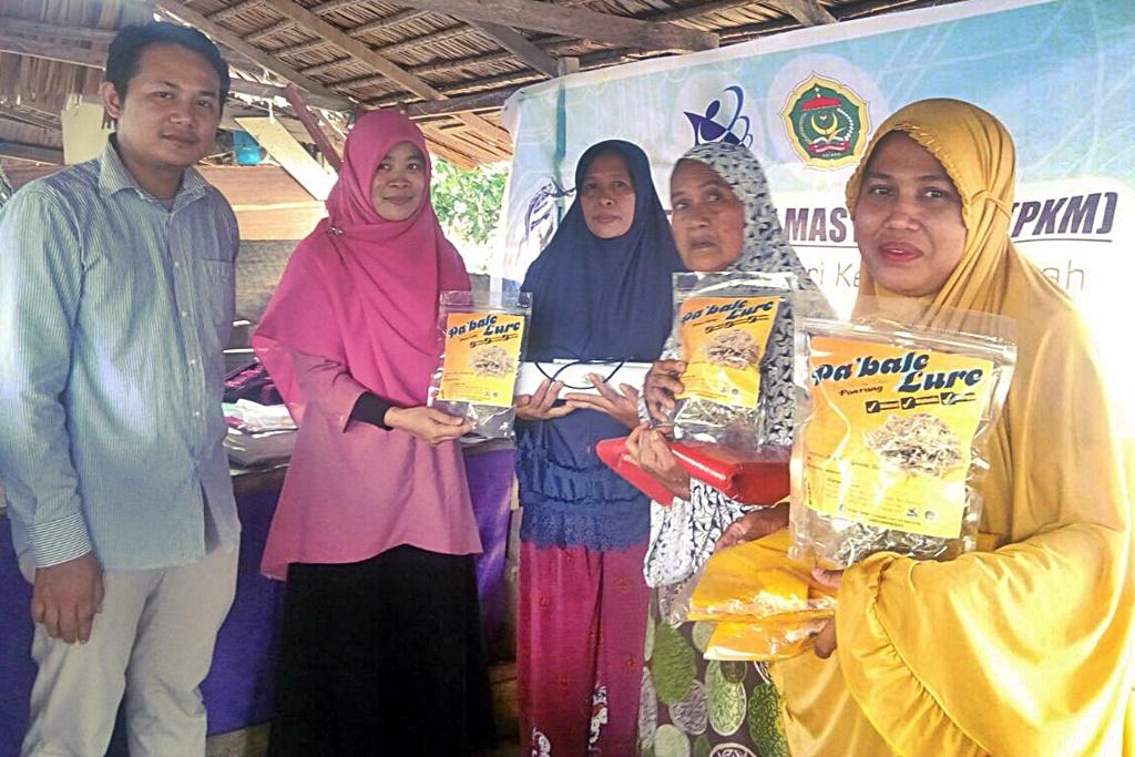 Tim PKM Ikan Teri Kering Ponrang Lakukan Pelatihan Pengemasan Produk